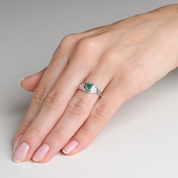 86e4772dd0e432 Niezwykle piękny pierścionek z białego złota z naturalnym szmaragdem i  dwoma brylantami .